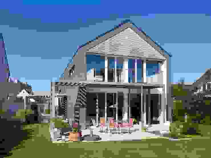 Mehr Behaglichkeit - weniger Energie. Energieeffizienter Neubau Moderne Häuser von SIGRUN GERST ARCHITEKTUR Modern Schiefer