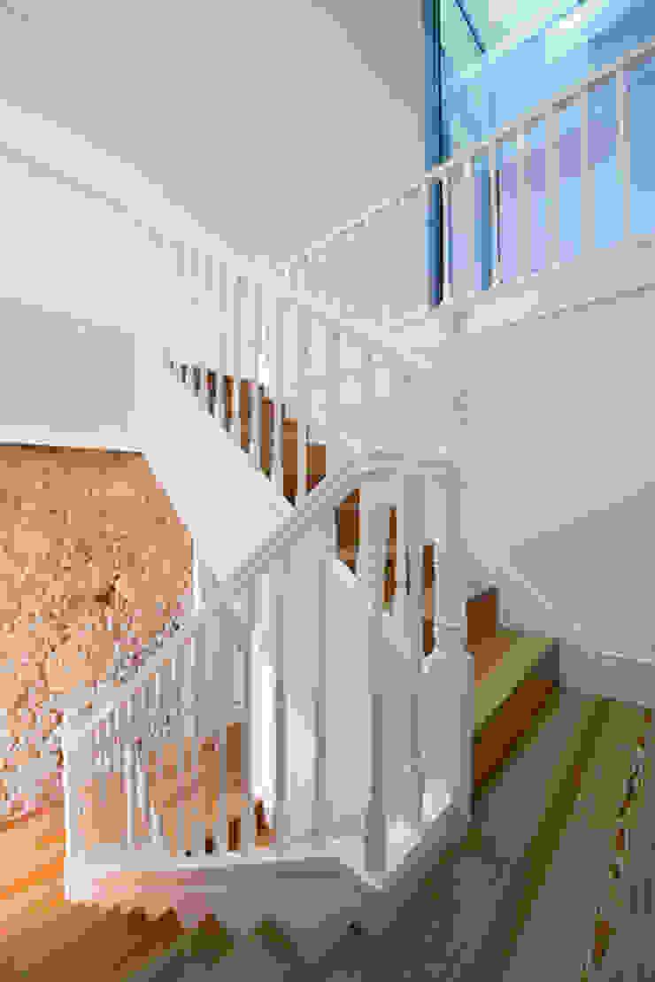 Minimalistische gangen, hallen & trappenhuizen van BLK-Porto Arquitectura Minimalistisch