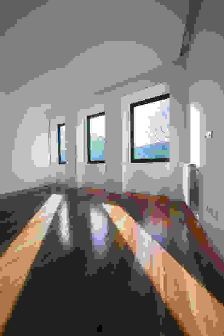 Minimalistische slaapkamers van BLK-Porto Arquitectura Minimalistisch