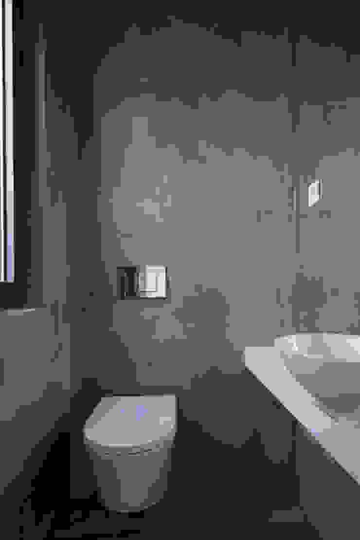 Minimalistische badkamers van BLK-Porto Arquitectura Minimalistisch