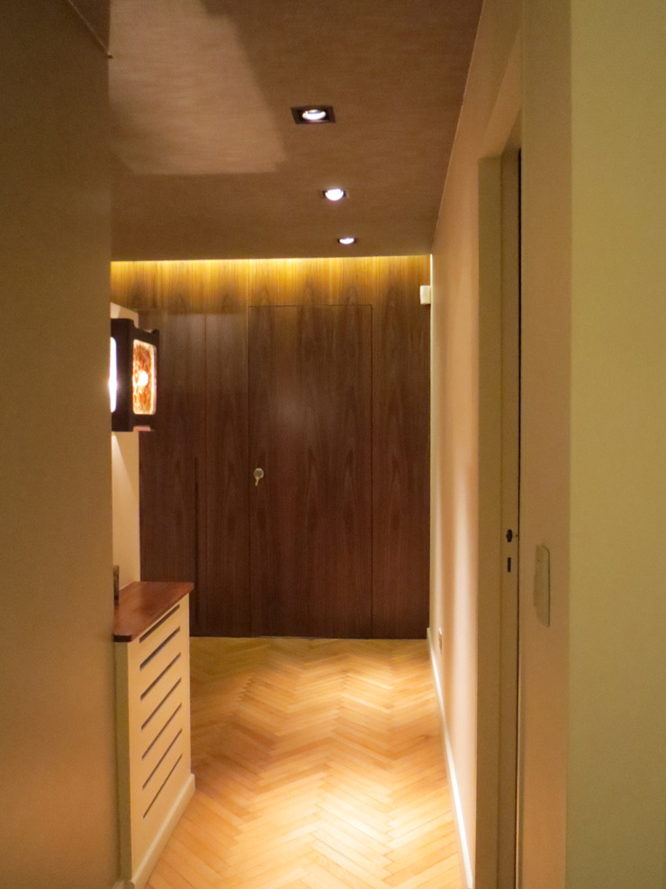 Nowoczesny korytarz, przedpokój i schody od Estudio de iluminación Giuliana Nieva Nowoczesny