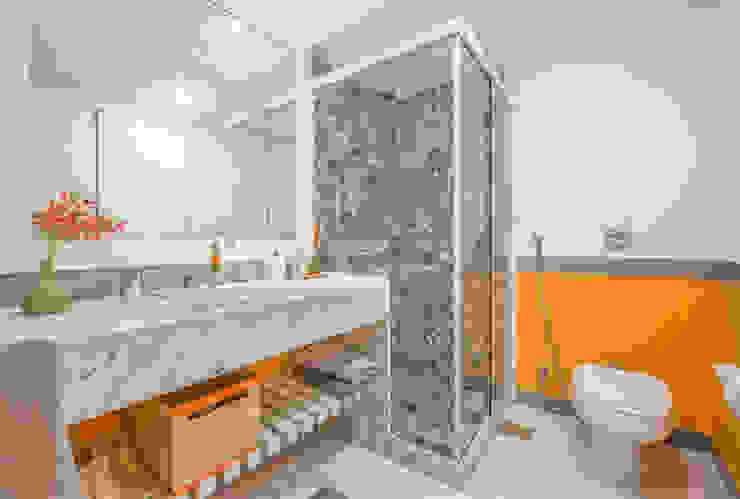 Ванная комната в стиле модерн от Emmilia Cardoso Designers Associados Модерн