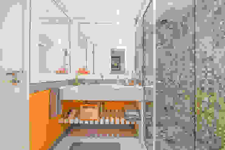 Apartamento Tangerina Emmilia Cardoso Designers Associados Banheiros modernos