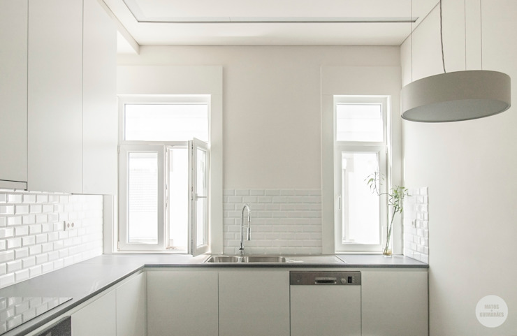 Remodelação de apartamento Avenidas Novas, Lisboa Cozinhas modernas por Matos + Guimarães Arquitectos Moderno