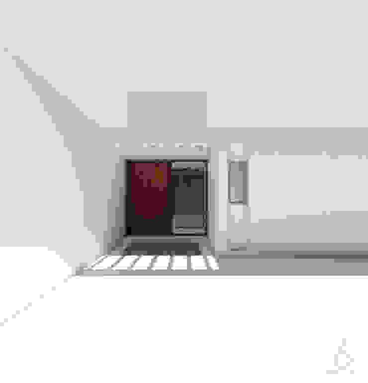 Acceso principal de 1.61 Arquitectos Minimalista