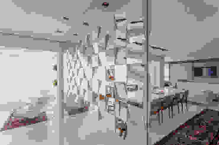 parede espelhada Escritório de Design Edwiges Cavalieri Salas de jantar modernas Metalizado/Prateado