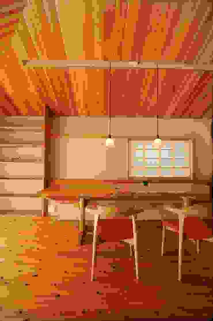 Comedores de estilo ecléctico de 加藤武志建築設計室 Ecléctico Madera Acabado en madera