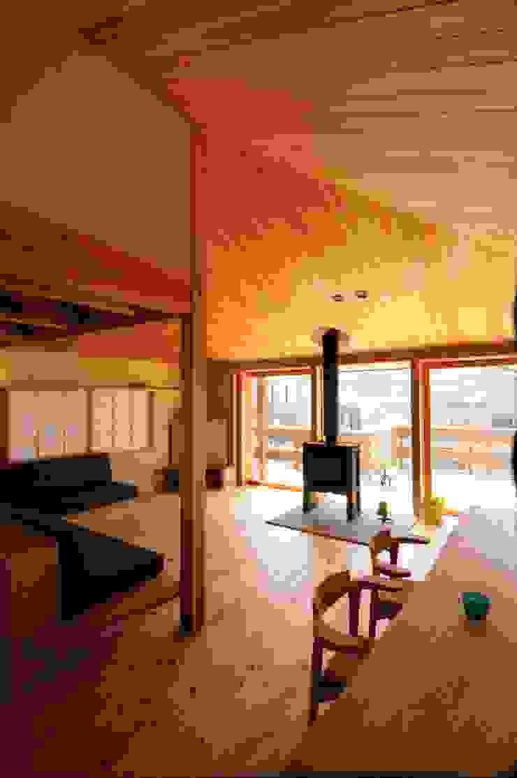 Salas de estilo ecléctico de 加藤武志建築設計室 Ecléctico Madera Acabado en madera