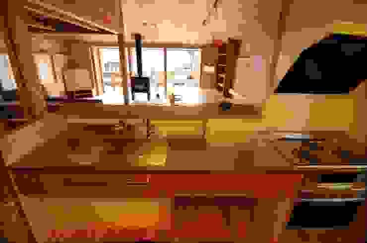 Cocinas de estilo ecléctico de 加藤武志建築設計室 Ecléctico Madera Acabado en madera