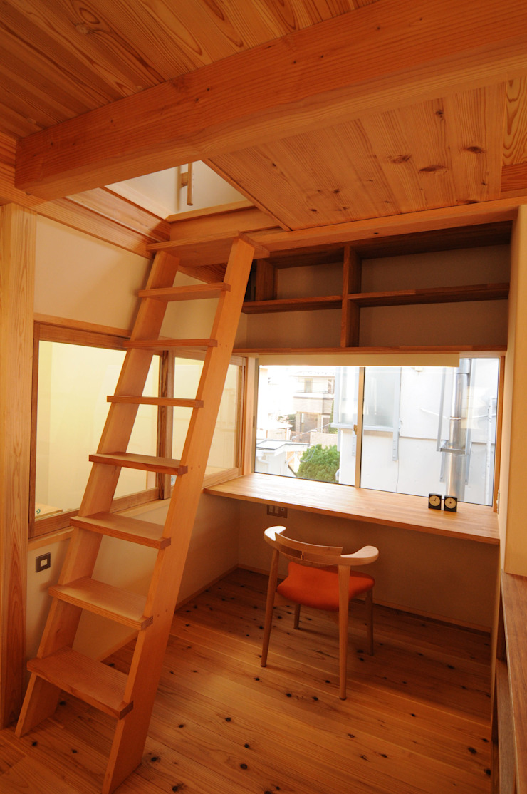 Oficinas de estilo ecléctico de 加藤武志建築設計室 Ecléctico Madera Acabado en madera