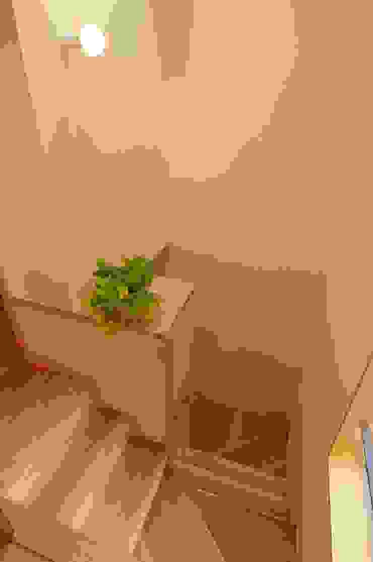 Pasillos, vestíbulos y escaleras de estilo ecléctico de 加藤武志建築設計室 Ecléctico Madera Acabado en madera