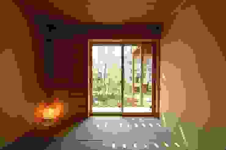 Salas de entretenimiento de estilo ecléctico de 加藤武志建築設計室 Ecléctico Madera Acabado en madera