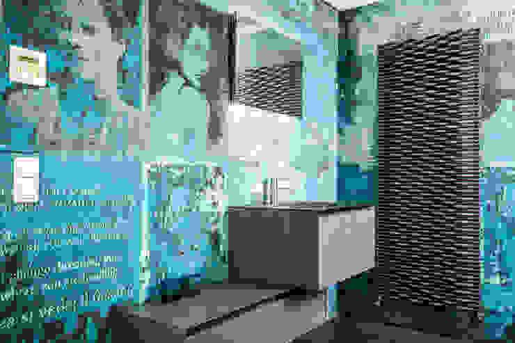 Banheiros ecléticos por Die Fliese art + design Fliesenhandels GmbH Eclético