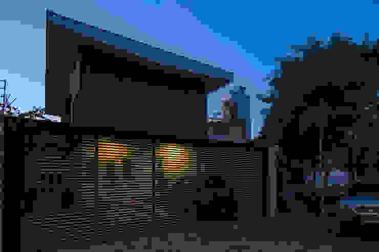 Fachada - Final de tarde: Casas  por JAA Arquitetos