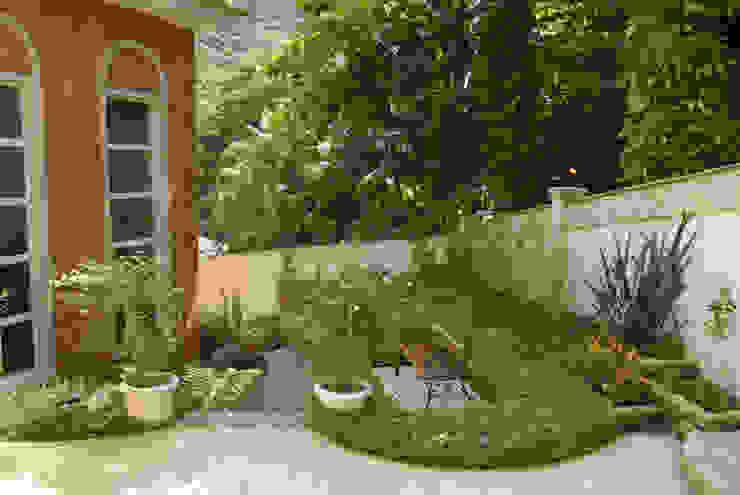 Jardines de estilo  por Emmilia Cardoso Designers Associados,
