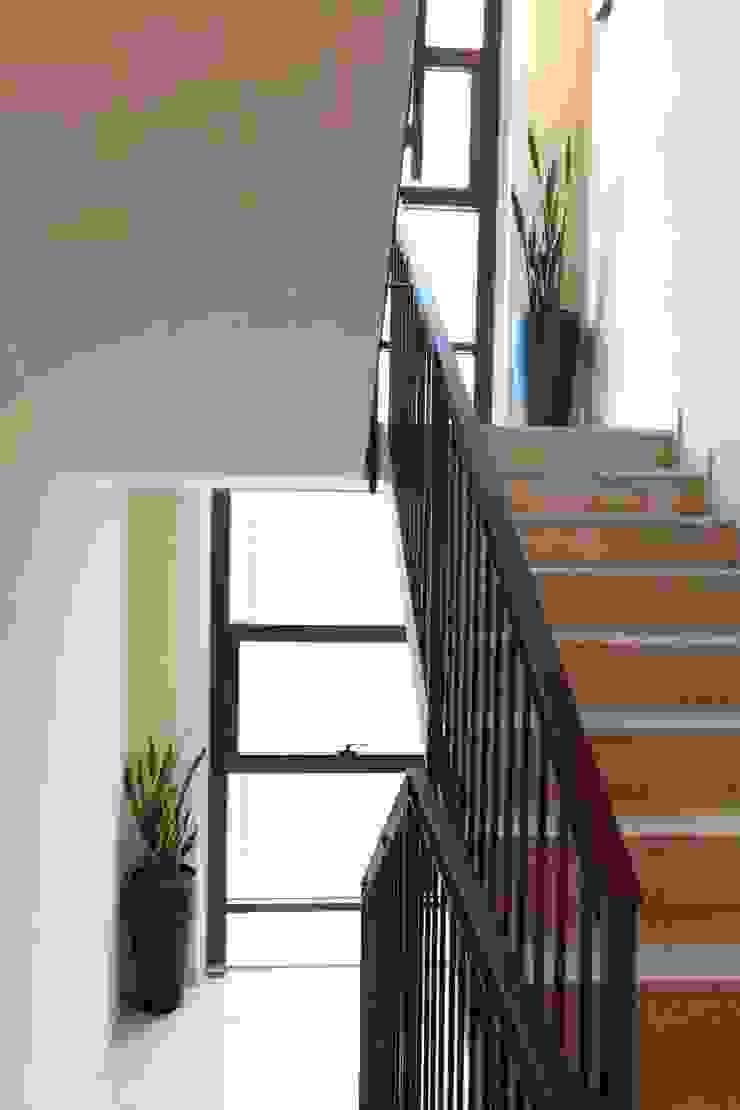 APPARTAMENTI IN BS 2P COSTRUZIONI srl Ingresso, Corridoio & Scale in stile moderno