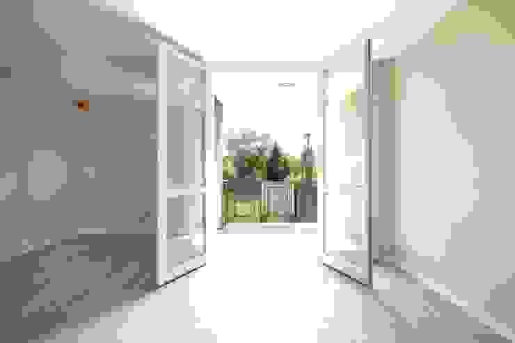 APPARTAMENTI IN BS 2P COSTRUZIONI srl Balcone, Veranda & Terrazza in stile moderno