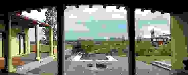 Piscina, viñedos y sierras Balcones y terrazas mediterráneos de Azcona Vega Arquitectos Mediterráneo