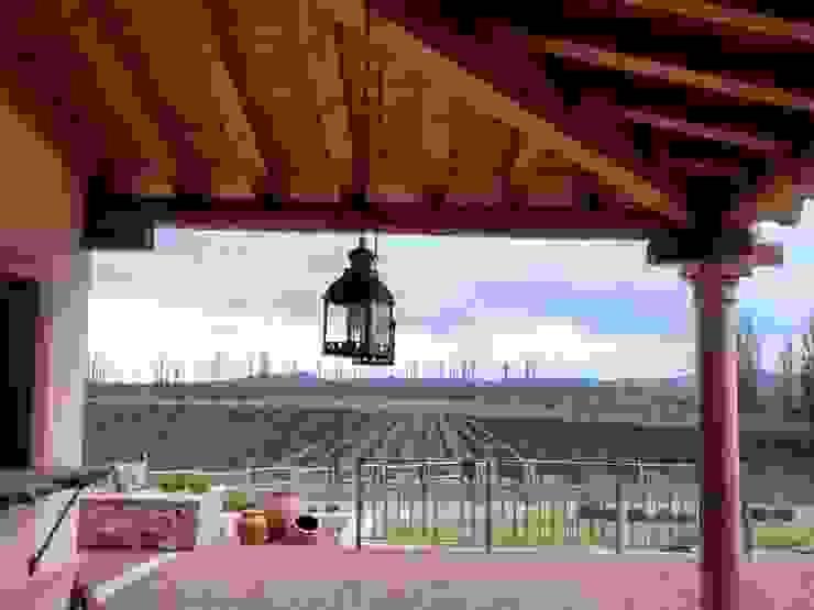 Galeria Balcones y terrazas rústicos de Azcona Vega Arquitectos Rústico