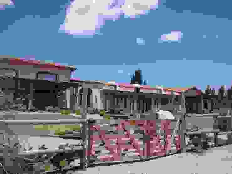 Acceso vehicular Casas rústicas de Azcona Vega Arquitectos Rústico