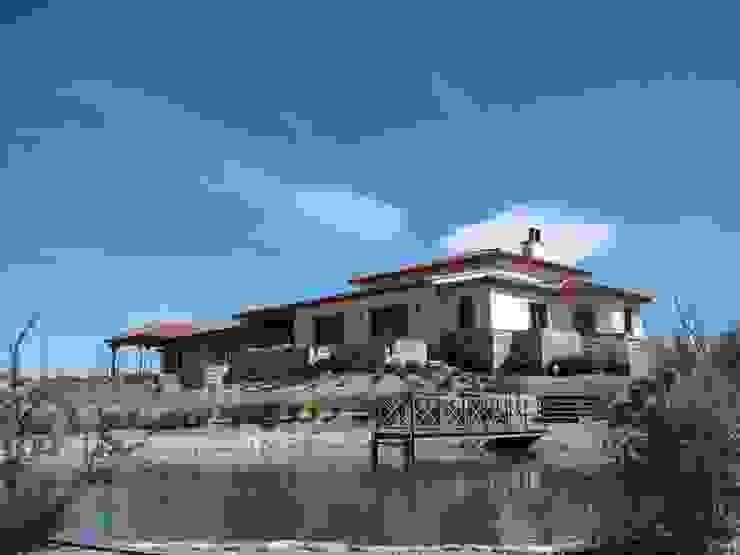 Vista sureste Casas rústicas de Azcona Vega Arquitectos Rústico