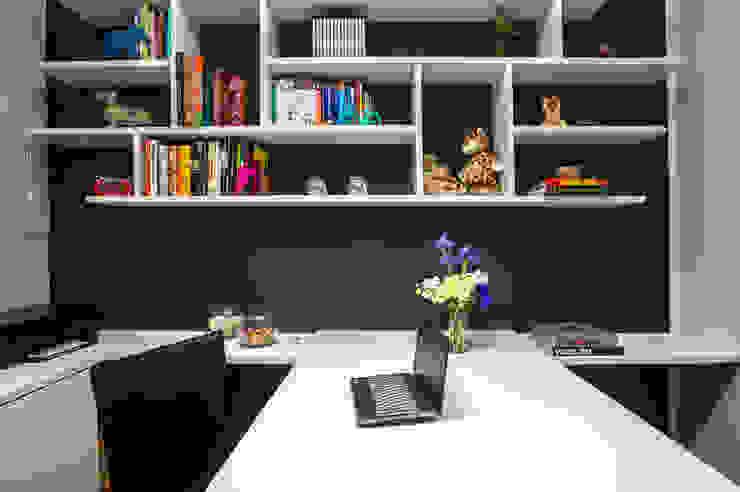 Modern study/office by Danyela Corrêa Arquitetura Modern