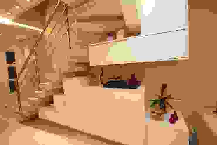 Ocupação debaixo da escada Corredores, halls e escadas modernos por Pricila Dalzochio Arquitetura e Interiores Moderno