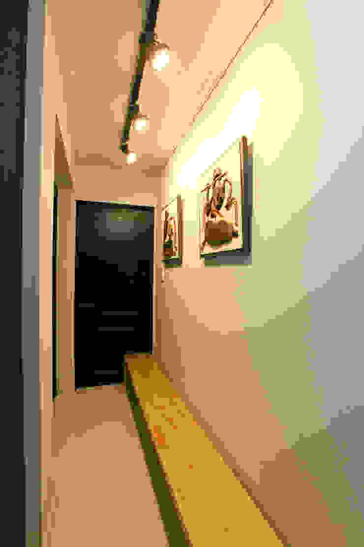 Pasillos, vestíbulos y escaleras modernos de 한글주택(주) Moderno