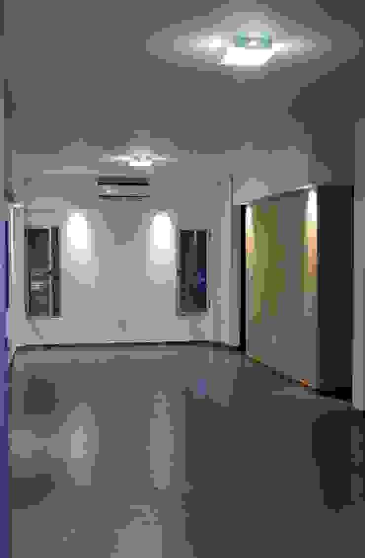 Vivienda La Colmena Salones minimalistas de medrArq Minimalista