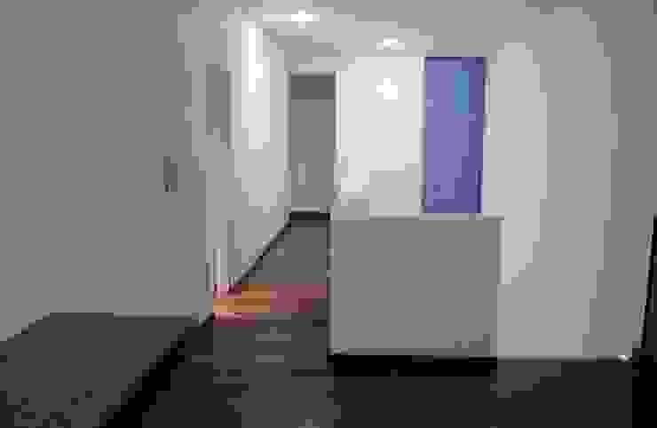Vivienda La Colmena Pasillos, vestíbulos y escaleras minimalistas de medrArq Minimalista