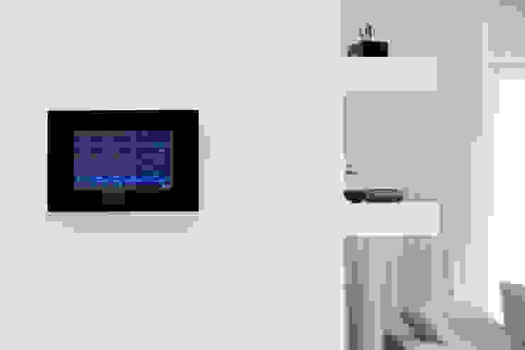 Inteligentny dom – system zarządzania instalacjami Nowoczesna sypialnia od Inteligentny Budynek Polska Nowoczesny