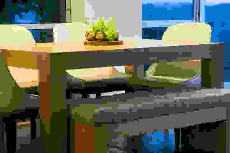 Comedor en la hora azul de la fotografía de Cristina Cortés Diseño y Decoración Moderno Madera Acabado en madera