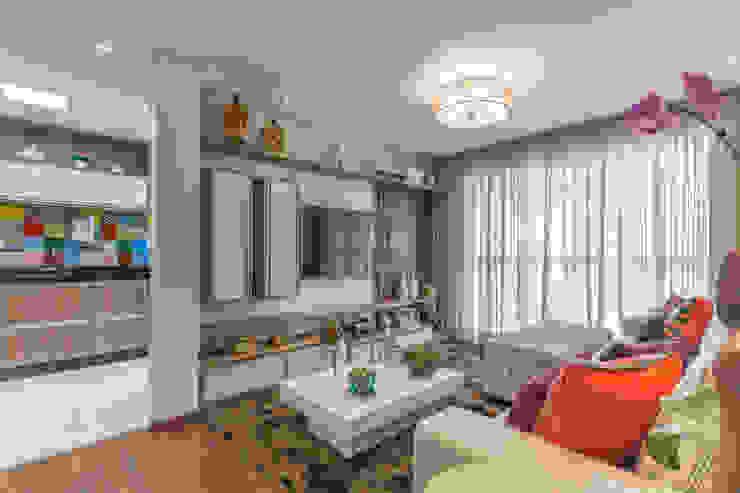 Estar e TV Salas de estar modernas por Sandra Pompermayer Arquitetura e Interiores Moderno