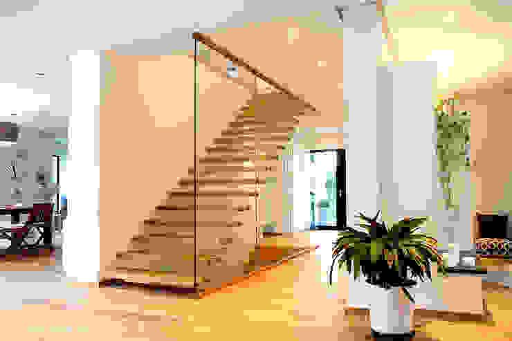 Couloir, entrée, escaliers modernes par STREGER Massivholztreppen GmbH Moderne Bois massif Multicolore