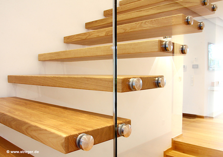 Pasillos, vestíbulos y escaleras modernos de STREGER Massivholztreppen GmbH Moderno