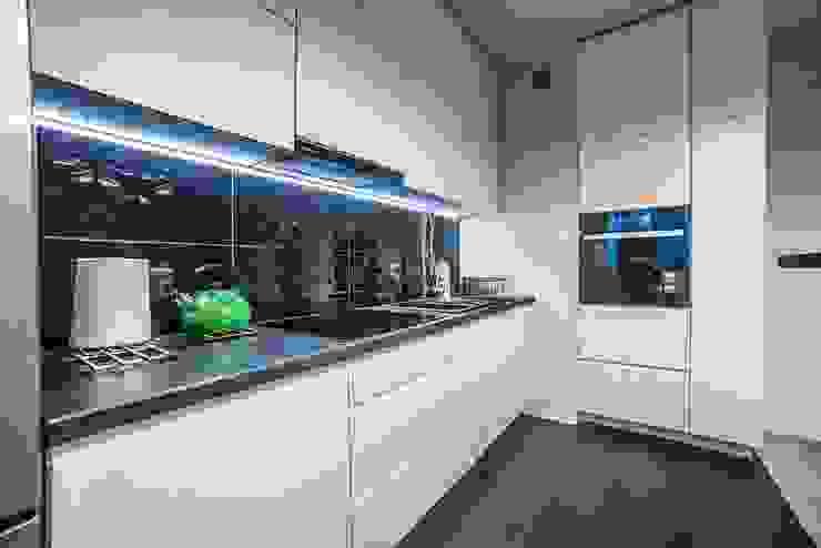 Widok na szafki kuchenne i blaty od homify Nowoczesny Granit