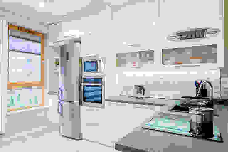 Cucina in stile scandinavo di Kameleon - Kreatywne Studio Projektowania Wnętrz Scandinavo