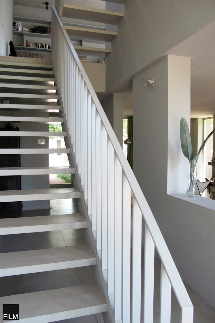 Modern corridor, hallway & stairs by FILM OBRAS DE ARQUITECTURA Modern Iron/Steel