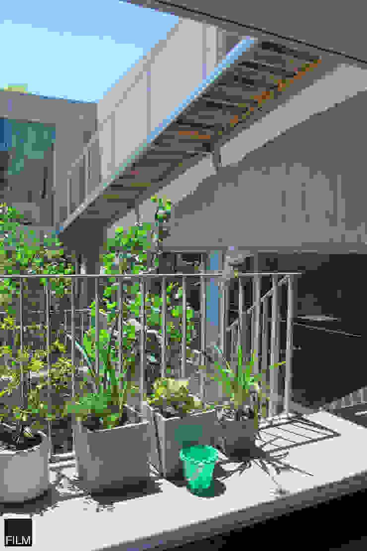 Modern balcony, veranda & terrace by FILM OBRAS DE ARQUITECTURA Modern Concrete