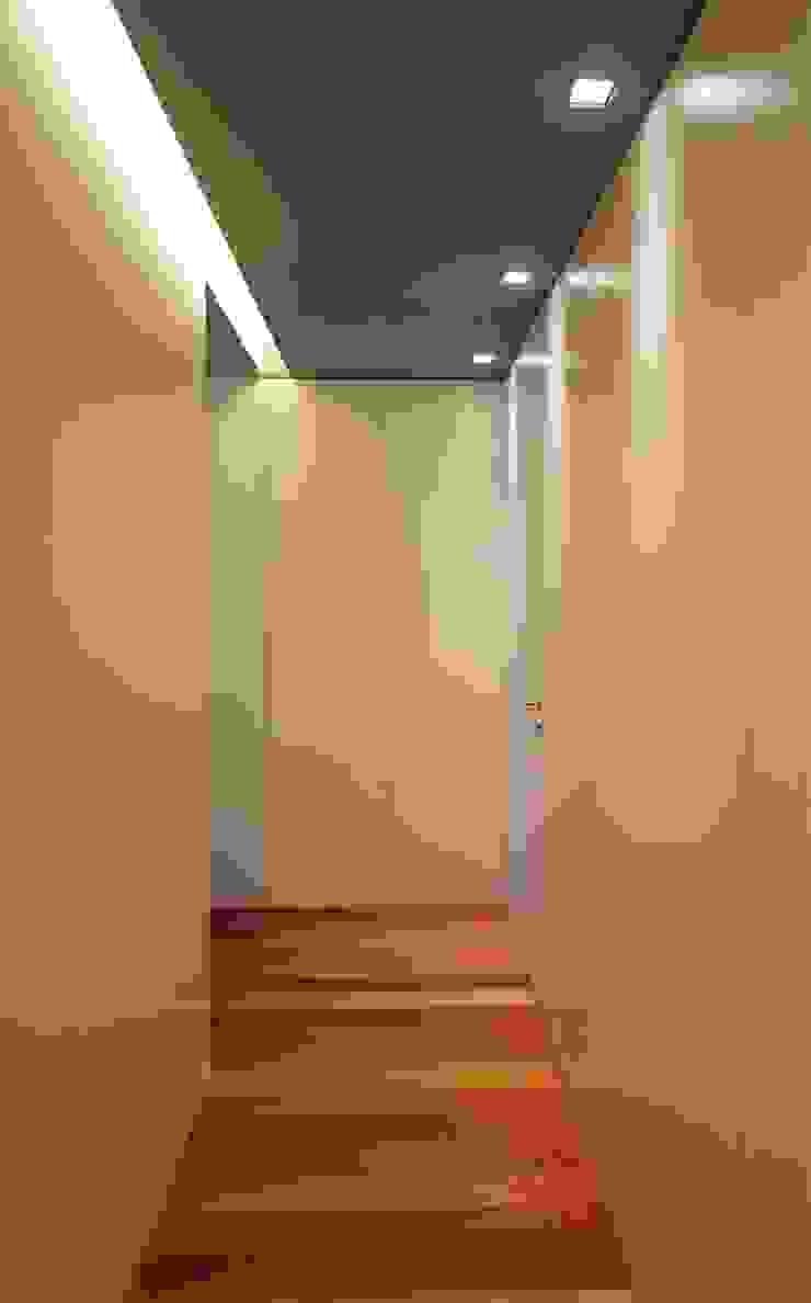 Apartamento T2 – Povoa de Varzim Corredores, halls e escadas modernos por B3C Moderno