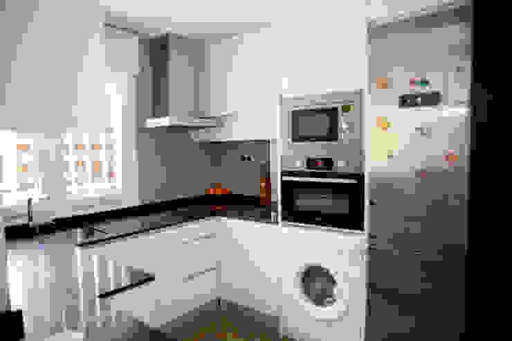 Modern kitchen by Arquigestiona Reformas S.L. Modern
