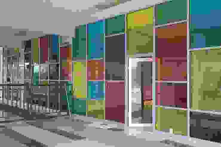 ESCUELA Puertas y ventanas modernas de Liferoom Moderno