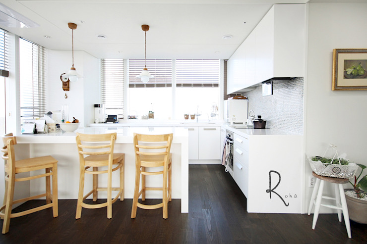 Modern dining room by 로하디자인 Modern