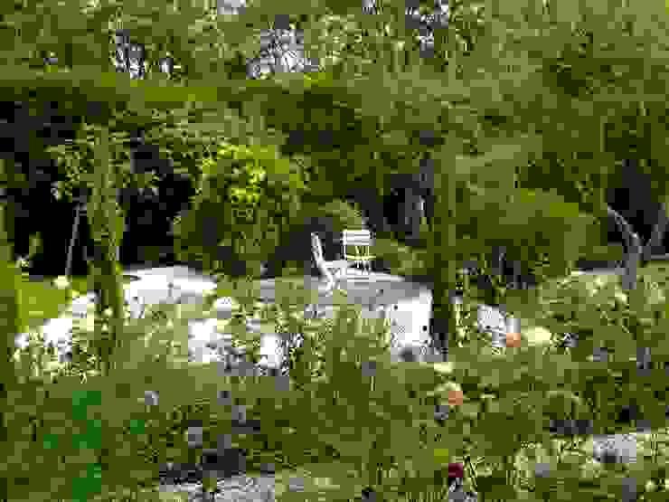 クラシカルな 庭 の Nature in the Garden クラシック