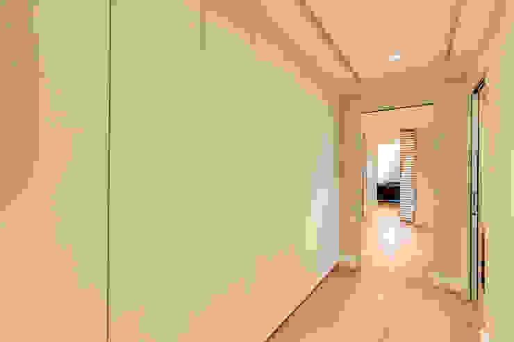 CAMILLUCCIA Ingresso, Corridoio & Scale in stile moderno di MOB ARCHITECTS Moderno