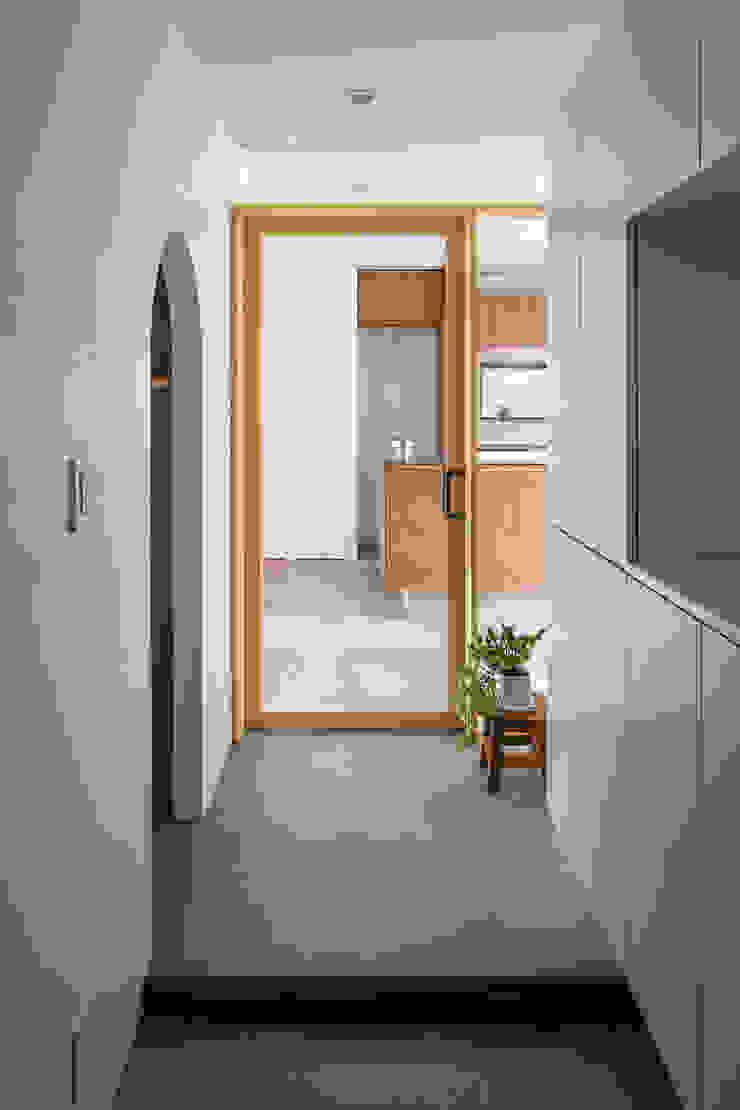 Couloir, entrée, escaliers modernes par 内田雄介設計室 Moderne