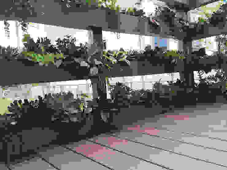Balcones y terrazas modernos de (有)ハートランド Moderno Madera Acabado en madera