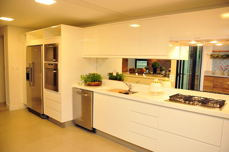CASA UM QUINTA DO GOLFE STUDIO LUIZ VENEZIANO Cozinhas modernas