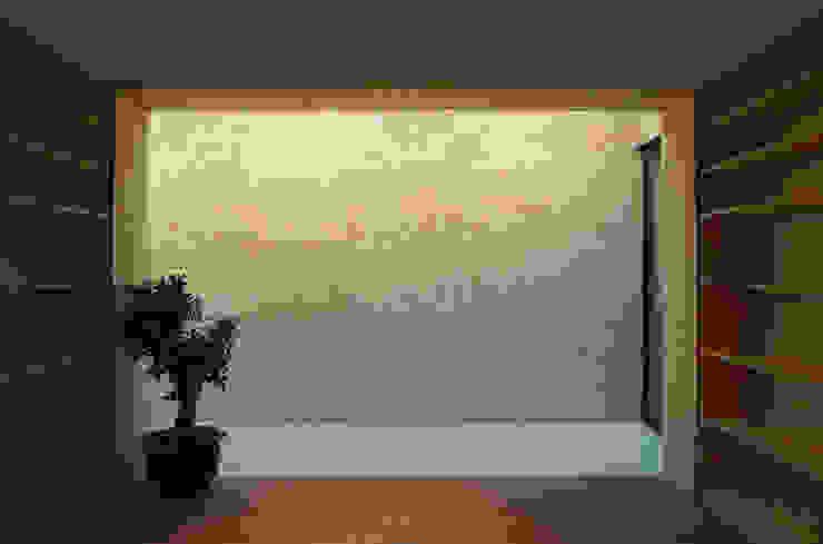 wandafwerking en lichtinval eetkamer Minimalistische muren & vloeren van Tim Versteegh Architect Minimalistisch Steen