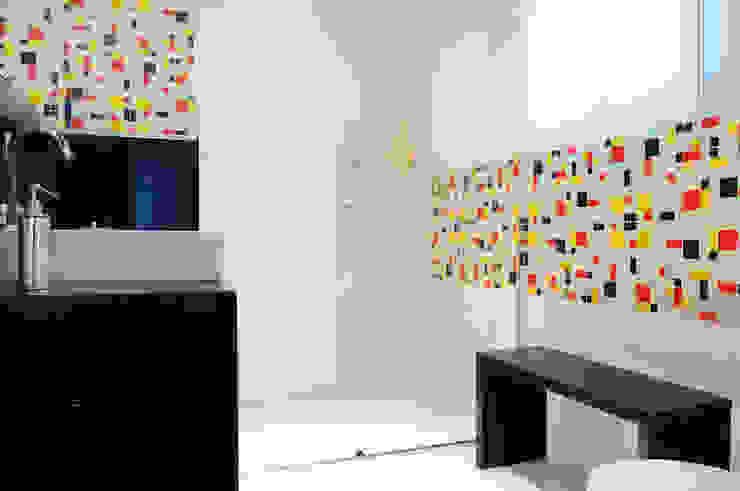 Modern bathroom by studio VIVADESIGN POR FLAVIA PORTELA ARQUITETURA + INTERIORES Modern